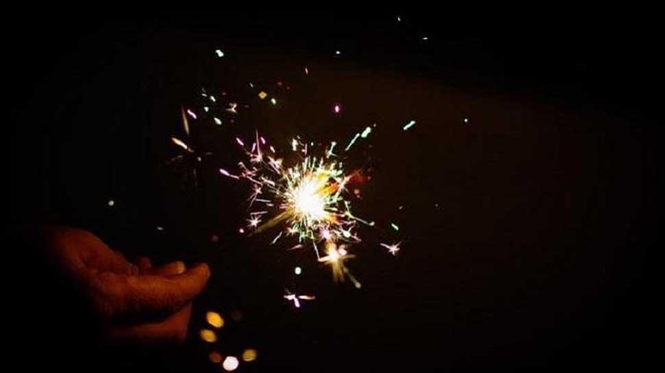दिल्ली : पड़ोसी मना करने के बाद भी फोड़ रहा था पटाखे, श'€à¤¿à¤•à¤¾à¤¯à¤¤ की तो पुलिस ने लिया हिरासत में