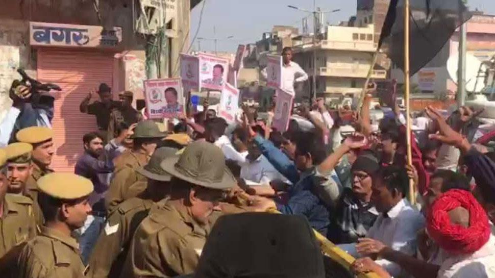 राजस्थान चुनाव- उम्मीदवारों की घोषणा के बाद से कांग्रेस मुख्यालय के बाहर हंगामा जारी
