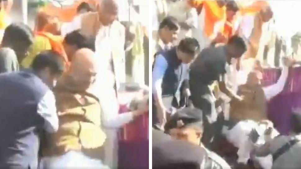 Video: मध्य प्रदेश के रोड शो के दौरान रथ से गिरे BJP अध्यक्ष अमित शाह, बाल-बाल बचे