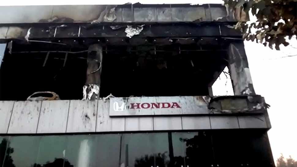 VIDEO: होंडा (Honda) कार के शोरूम में लगी आग, 15 ज्यादा महंगी गाड़ियां हुई स्वाह