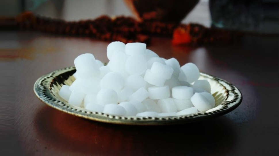 कपूर भी सर्दी से बचने का रामबाण उपाय के लिए इमेज परिणाम