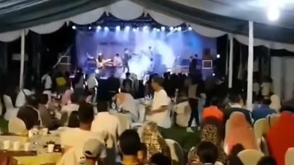 VIDEO: 'पॉप बैंड' की लाइव परफॉर्मेंस पर थिरक रहे थे लोग, अचानक आई सुनामी और ...