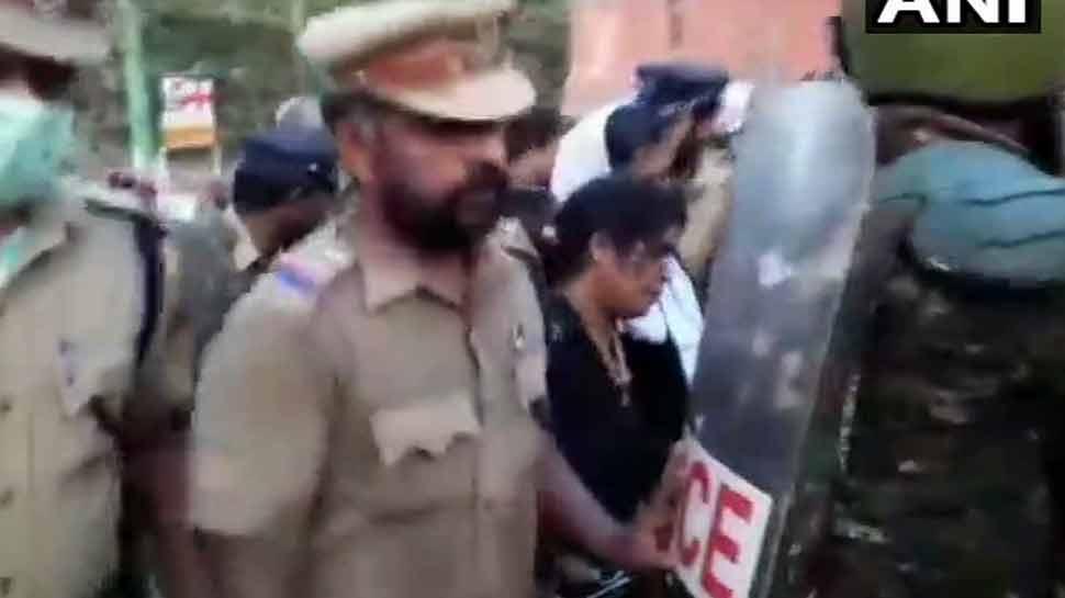 दो महिलाओं ने सबरीमाला मंदिर की शुरू की चढ़ाई लेकिन विरोध के चलते रोकनी पड़ी यात्रा