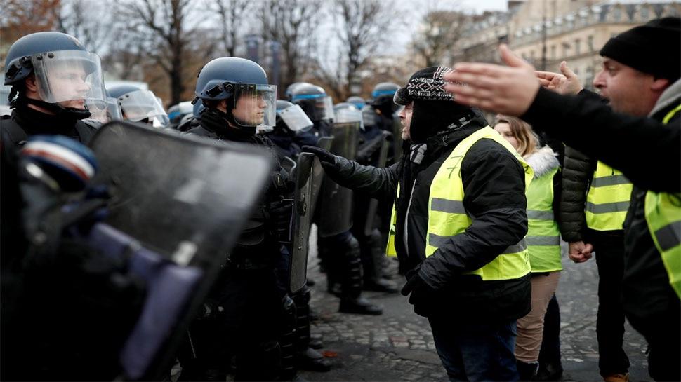 फ्रांस: पेरिस में 'येलो वेस्ट' प्रदर्शनकारियों पर पुलिस ने छोड़े आंसू गैस के गोले