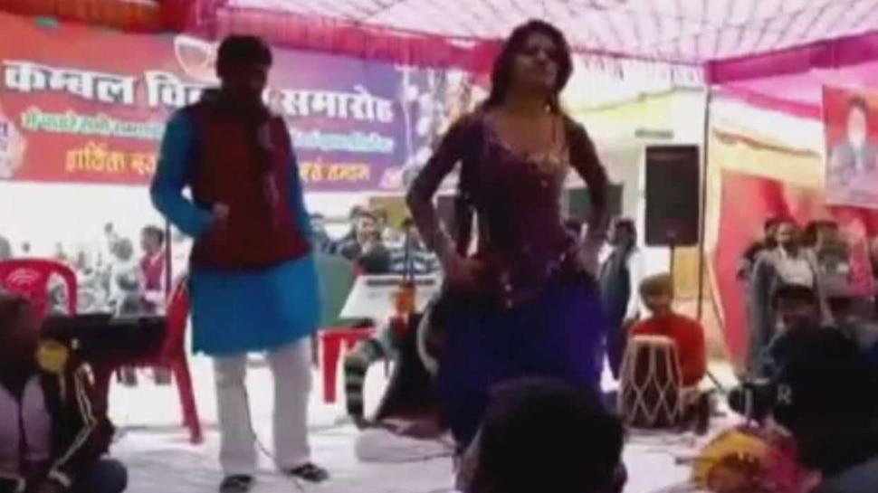 Video: शिक्षा का मंदिर बना अश्लील डांस का मंच, स्कूल में बार बालाओं ने ऐसे लगाए ठुमके