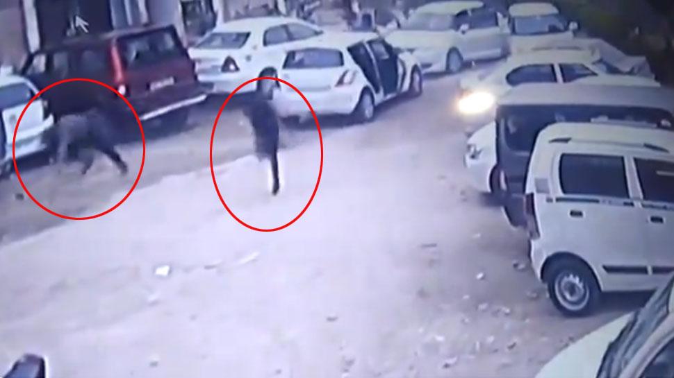 VIDEO: फिल्मी स्टाइल में कार पर दागी ताबड़तोड़ गोलियां, हुक्का बार मालिक की सरेराह हत्या