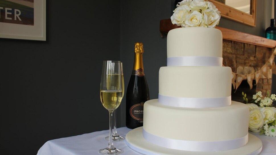 शादी में केटरर ने भेज दिया थर्माकोल से बना केक, शर्मिंदगी की वजह से फूट-फूटकर रोई दुल्हन