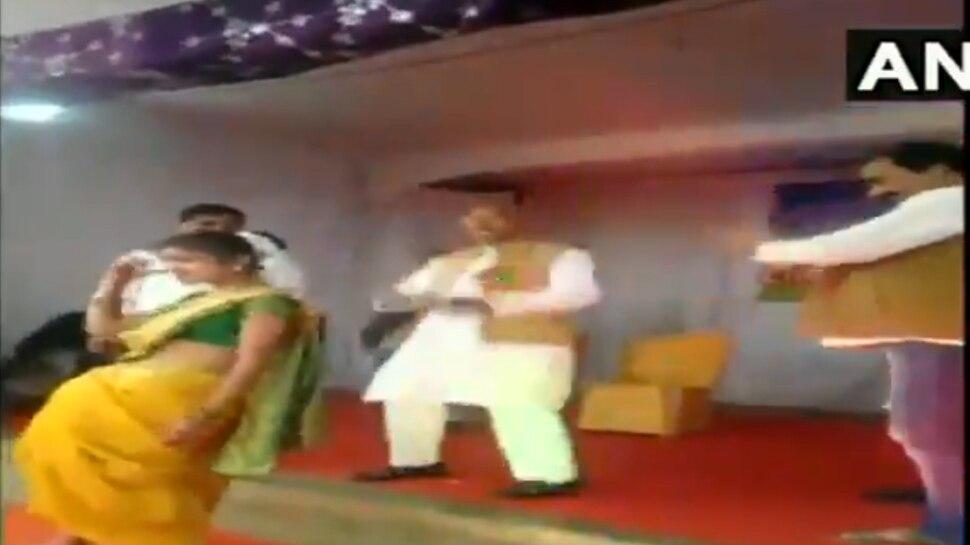 Video: जब कार्यक्रम में बजा 'लड़की आंख मारे'... मंच पर स्कूली छात्राओं संग सांसद ने ऐसे लगाए ठुमके