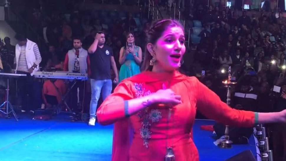 Video : सपना चौधरी के ठुमकों से झूम उठा दिल्ली का  तालकटोरा स्टेडियम, लोग बोले- 'सुपर डांस'