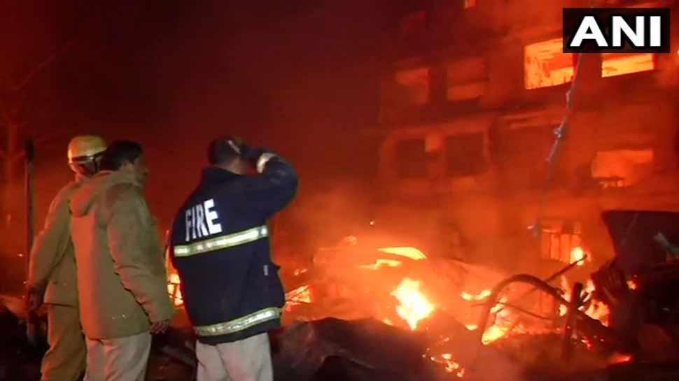 दिल्ली: कीर्ति नगर फर्नीचर मार्केट में भीषण आग, कई घंटों की मशक्कत के बाद पाया काबू