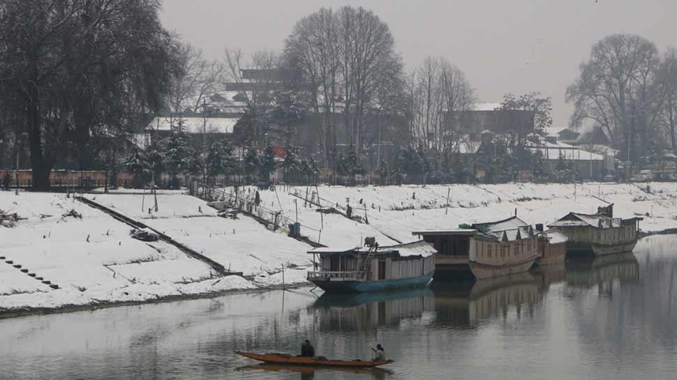 बर्फबारी से फिर हसीन हुईं कश्मीर की वादियां, श्रीनगर-जम्मू राजमार्ग बंद