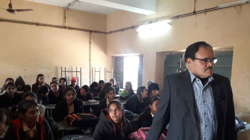 जयपुर: छात्राओं के बीच पहुंचे संभागीय आयुक्त कैलाश चंद वर्मा, पूछा सवाल