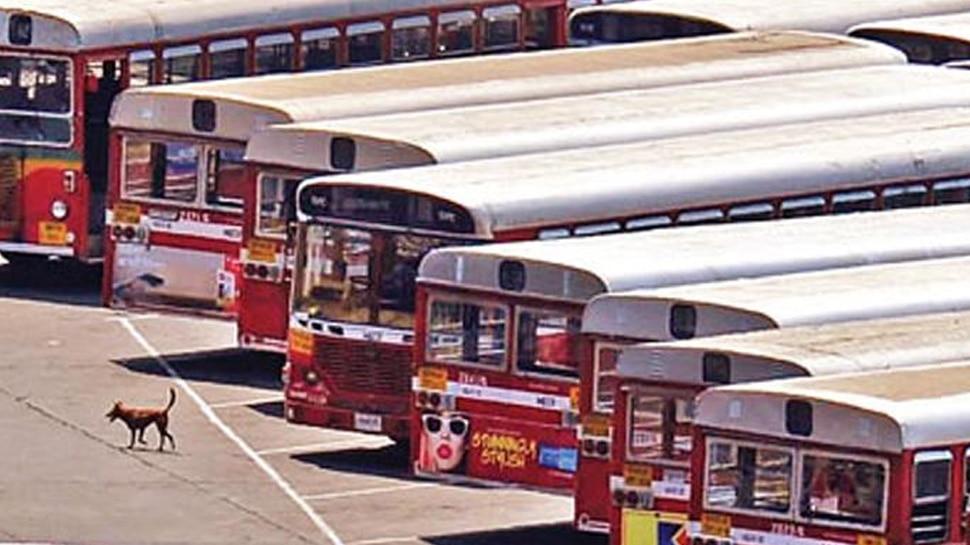 मुंबईः पांचवे दिन भी जारी रही बेस्ट बसों की हड़ताल, परिवार के साथ सड़क पर कर्मचारी