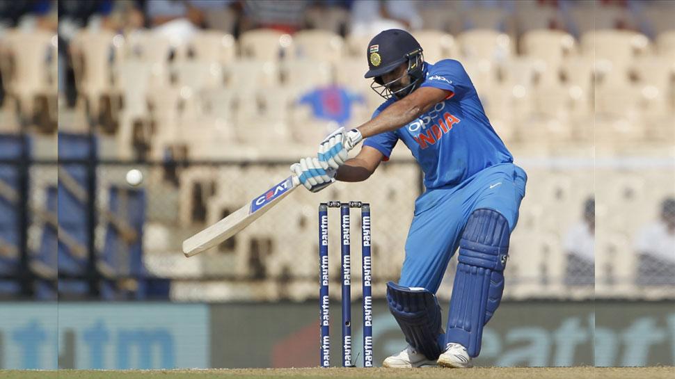 INDvsAUS: टीम इंडिया के संकट मोचक बने रोहित, छक्के से ऐसे खोला अपना खाता