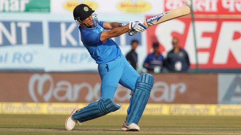 VIDEO: एमएस धोनी ने टीम इंडिया के लिए लगाया छक्का, झूम उठे दर्शक