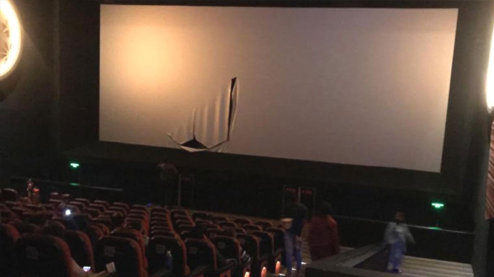 The Accidental Prime Minister: कोलकाता में कांग्रेसियों का उपद्रव, पर्दे फाड़े जाने के बाद फिल्म का प्रदर्शन बंद
