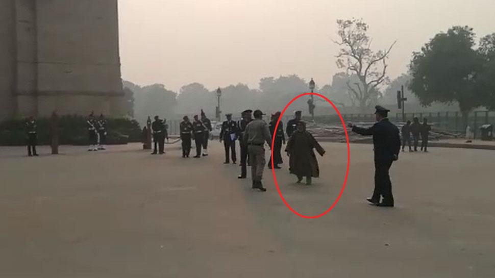 इंडिया गेट पर महिला ने लगाए 'पाकिस्तान जिंदाबाद' के नारे, पुलिस ने लिया हिरासत में