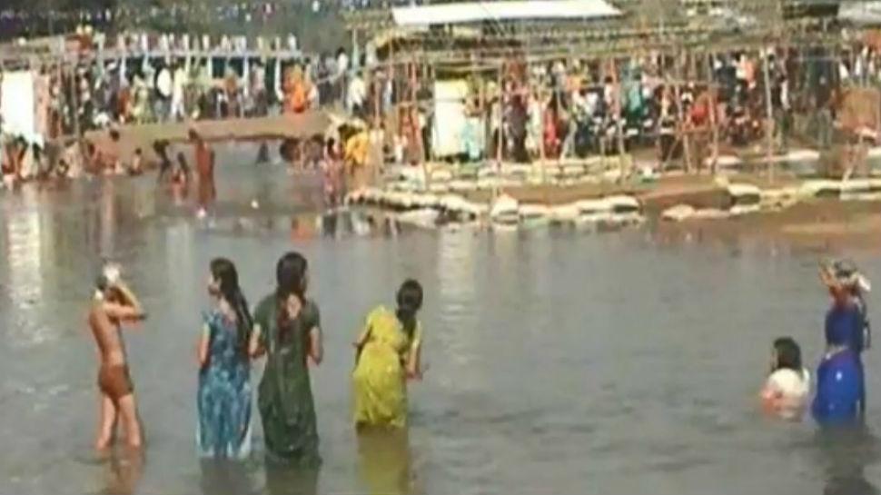 झारखंड: रजरप्पा में मकर संक्रांति पर श्रद्धालुओं की लगी भीड़, दामोदर घाट पर स्नान करने पहुंचे लोग