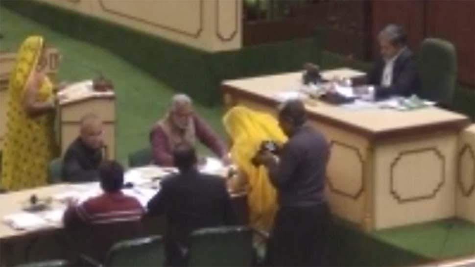 चुनावी शपथपत्र में खुद को बताया था साक्षर, लेकिन शपथ भी नहीं पढ़ पाईं 2 विधायक