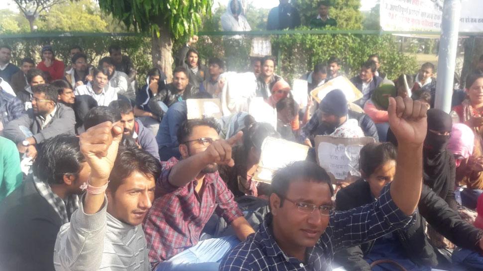 राजस्थान: RAS परीक्षा की तिथि बढ़ाने को लेकर धरने पर बैठे छात्र