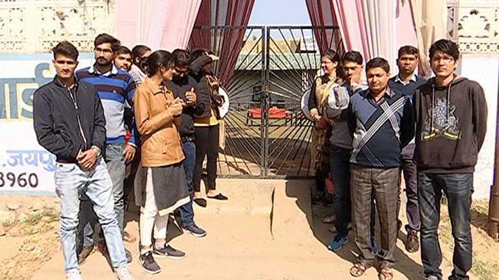 राजस्थान: धरने पर बैठे छात्रों पर चला नियमों का ठंठा, पुलिस ने जबरन उठाया
