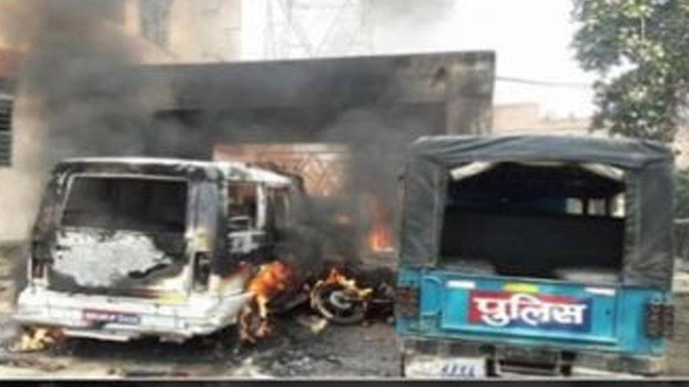बिहारः कैमूर में गुस्साई भीड़ ने थाने में की तोड़फोड़, गाड़ियों को फूंका
