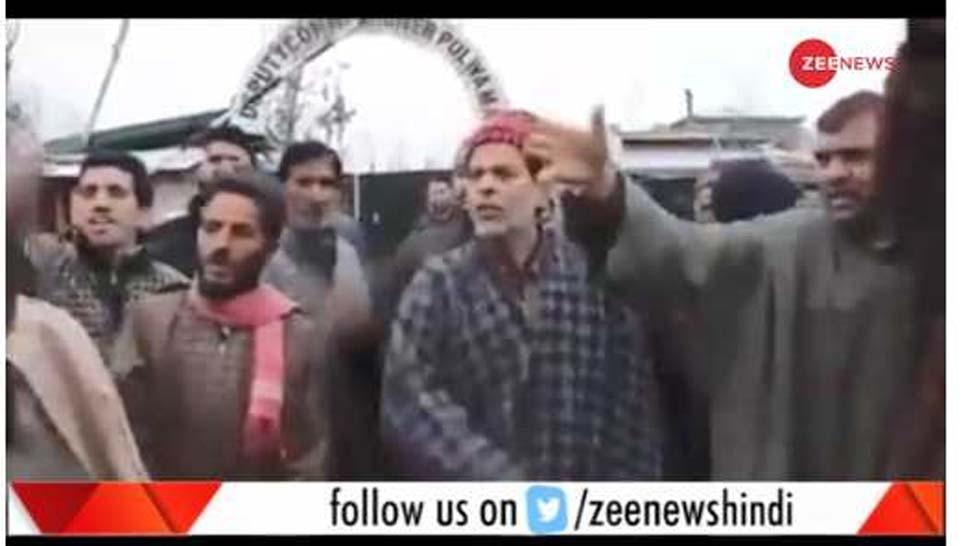 जम्मू कश्मीर: बिना बिजली के अंधेरे में डूबा था गांव, विरोध का वीडियो वायरल तो राज्यपाल ने दिया दखल