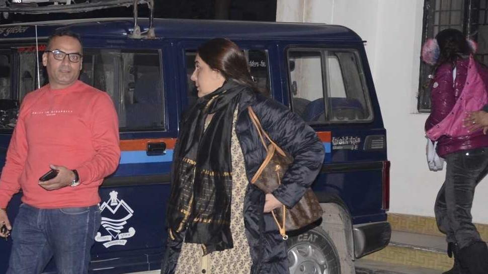 देहरादूनः मां अमृता के साथ थाने पहुंची सारा अली खान, ये है मामला