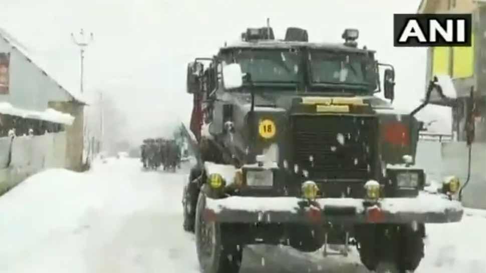 VIDEO: कश्मीर में बर्फबारी के बीच आतंकियों और सुरक्षाबलों में मुठभेड़, 3 आतंकी ढेर