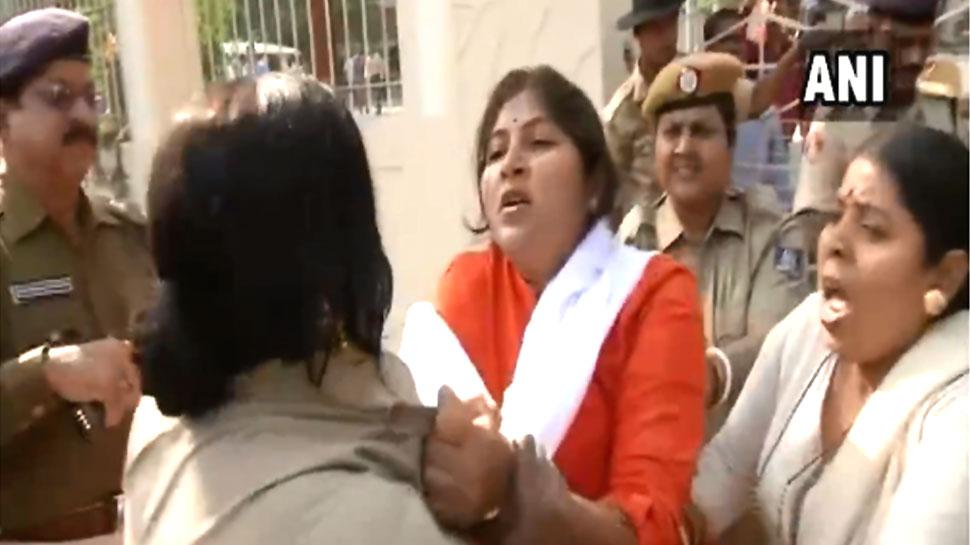 VIDEO: बीजेपी कार्यकर्ताओं और पुलिस के बीच हाथापाई, महिला कॉन्स्टेबल का पकड़ा कॉलर