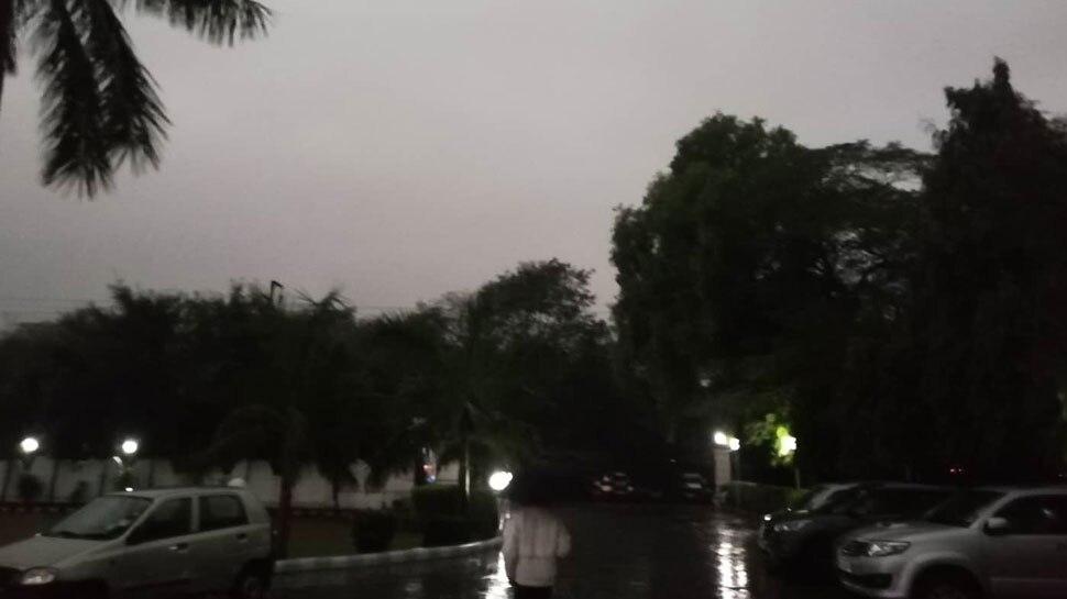 तेज बारिश और हवाओं से ठिठुरा दिल्ली-NCR, कई इलाकों में छाया घना अंधेरा