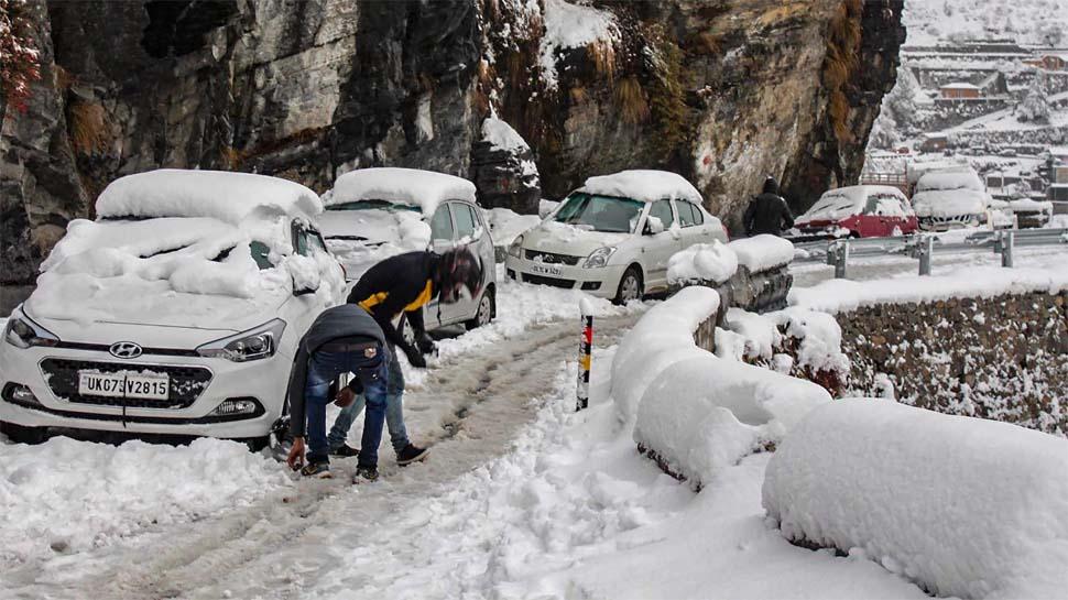 उत्तराखंड में भारी बर्फबारी, सैकड़ों पर्यटक मसूरी और धनोल्टी के बीच फंसे
