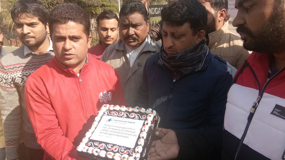 पंजाब: सरकार के खिलाफ अनोखा प्रदर्शन, केक काट कर सीएम को याद दिलाया वादा