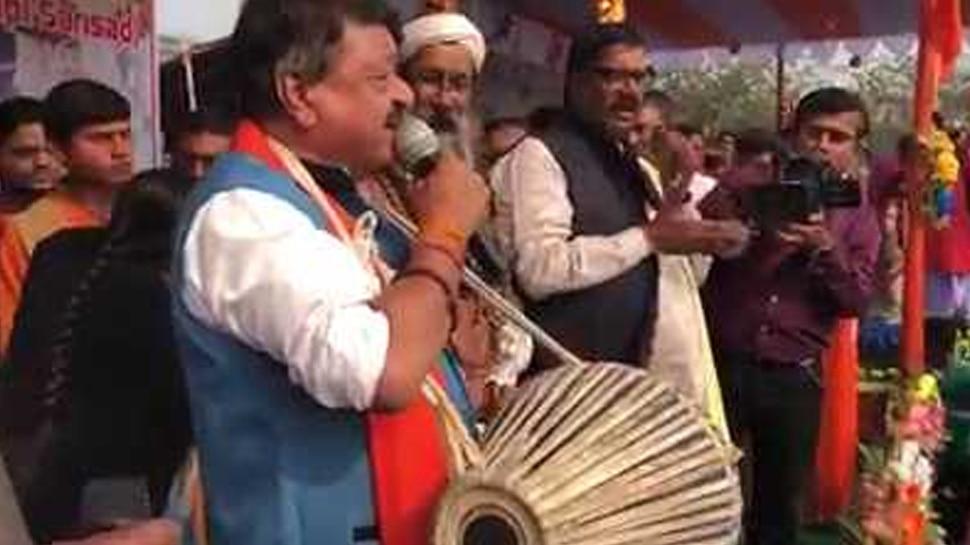 पश्चिम बंगाल में बीजेपी ने बनाई नई रणनीति, कोलकाता में ढोल-मंजीरा बजाते दिखे नेता