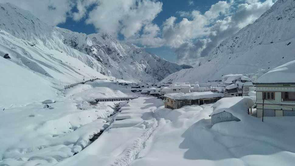 केदारनाथ घाटी में भारी बर्फबारी जारी, देश-दुनिया से टूटा संपर्क