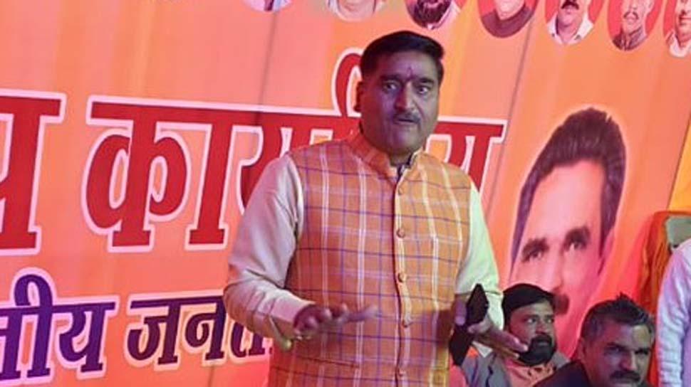 अलीगढ़ मुस्लिम यूनिवर्सिटी में तिरंगा यात्रा निकालने पर नोटिस, सांसद ने लिखा मंत्री को पत्र