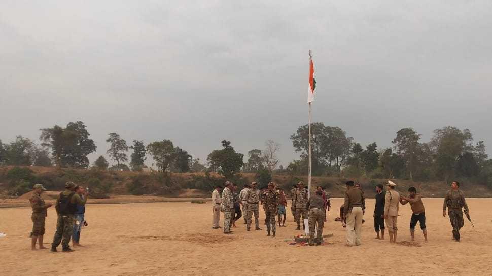 दंतेवाड़ा: 70वें गणतंत्र दिवस पर SP ने नक्सलगढ़ इंद्रावती के तट पर फहराया तिरंगा