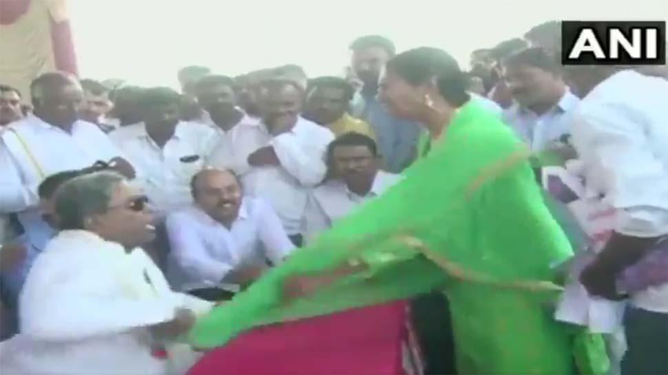 VIDEO: कर्नाटक के पूर्व सीएम सिद्धारमैया ने महिला से की 'अभद्रता', माइक के चक्कर में खिंच गई चुन्नी