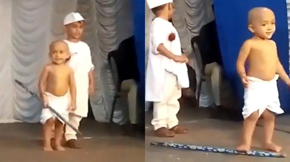नन्हे 'गांधीजी' ने मां को देख 'नेहरू' को छोड़ा पीछे, VIDEO देख पिघल जाएगा आपका दिल