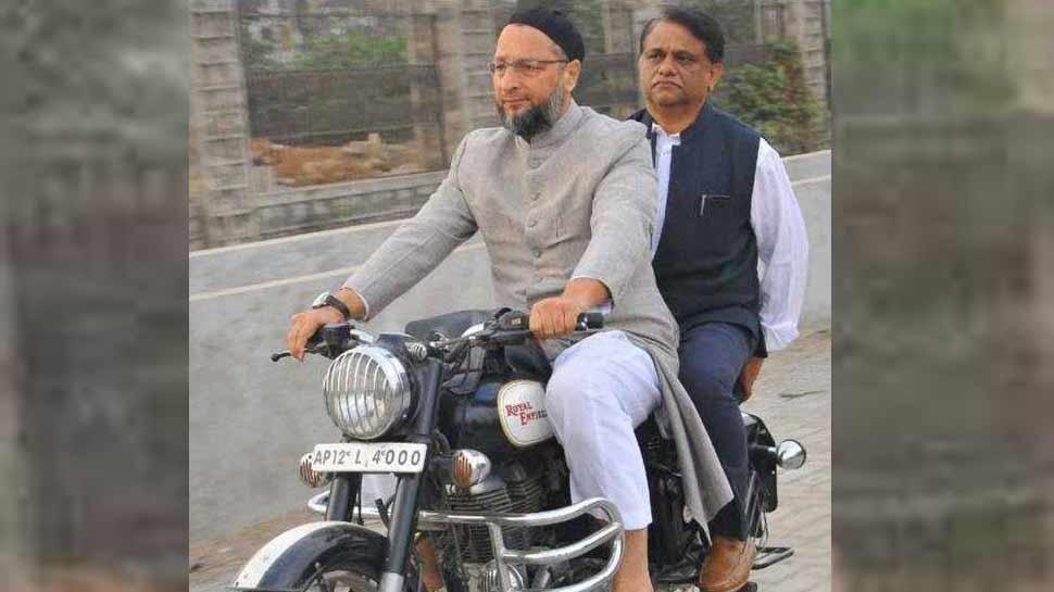 IAS अफसर को पीछे बैठा बिना हेलमेट बाइक दौड़ाते दिखे असदुद्दीन ओवैसी, वायरल हुई तस्वीर