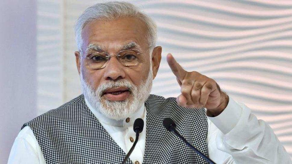 सूरत: जब PM मोदी ने एक कैमरामैन के बेहोश होने पर रोक दिया भाषण, देखें VIDEO