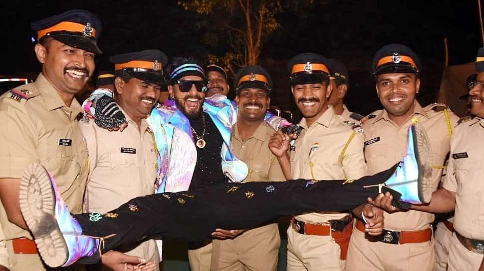 जब पुलिसवालों ने रणवीर सिंह को उठाया गोद में, फैंस कर रहे सोशल मीडिया पर TROLL