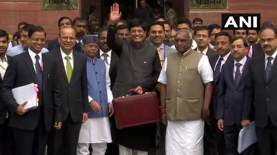 राष्ट्रपति की औपचारिक मंजूरी के बाद संसद पहुंचे पीयूष गोयल, 11 बजे पेश होगा बजट