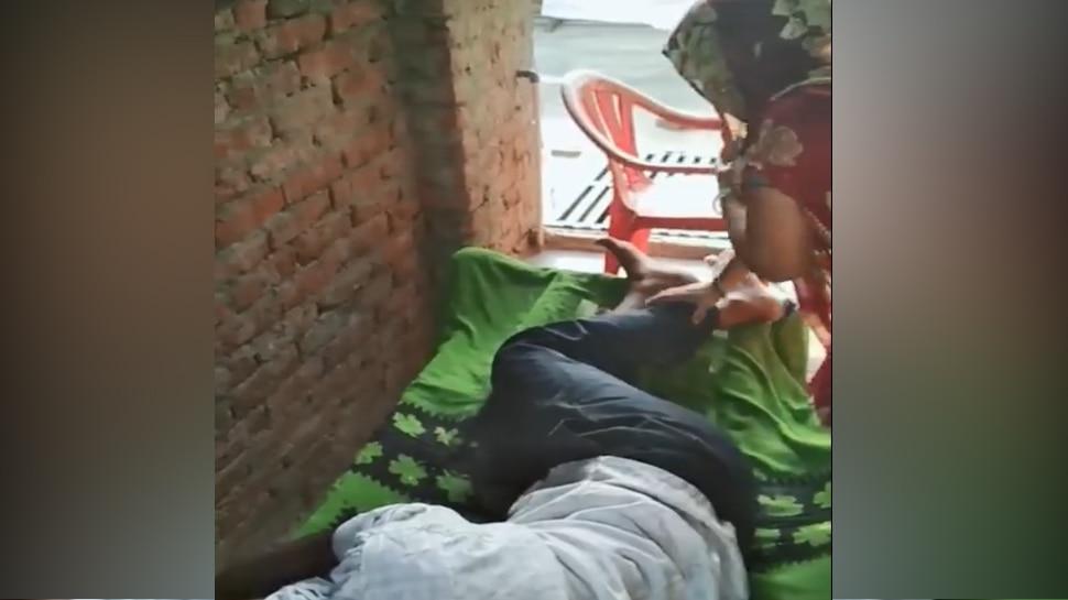 VIRAL VIDEO: पति के पैर दबाते-दबाते महिला ने किया ऐसा काम, देखकर उड़ जाएंगे आपके  होश