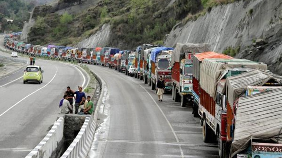 जम्मू-श्रीनगर राष्ट्रीय राजमार्ग पर यातायात बहाल करने के प्रयास जारी