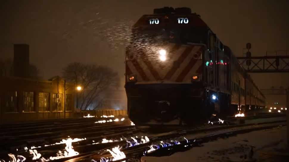 VIDEO: जब आग की लपटों के बीच दौड़ी ट्रेन, देखकर आप भी रह जाएंगे हैरान