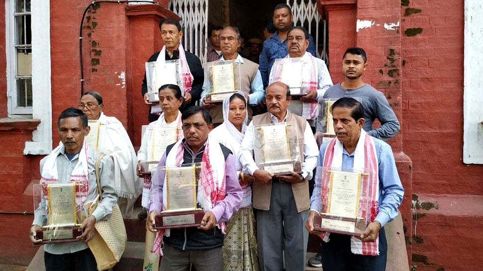 असम आंदोलन में शहीद हुए 22 लोगों के परिजनों ने लौटाया सम्मान, 70 संगठनों के नेता राहुल गांधी से भी मिले