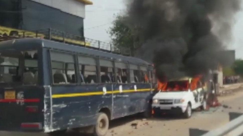राजस्थान: आरक्षण को लेकर गुर्जरों का आंदोलन हुआ हिंसक, वाहनों में लगाई आग