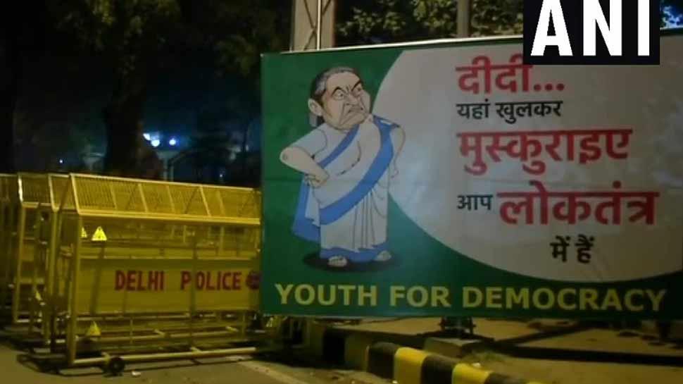 दिल्ली आ रहीं ममता के लिए शहर में लगे पोस्टर, 'दीदी यहां खुलकर मुस्कुराइये आप लोकतंत्र में हैं'