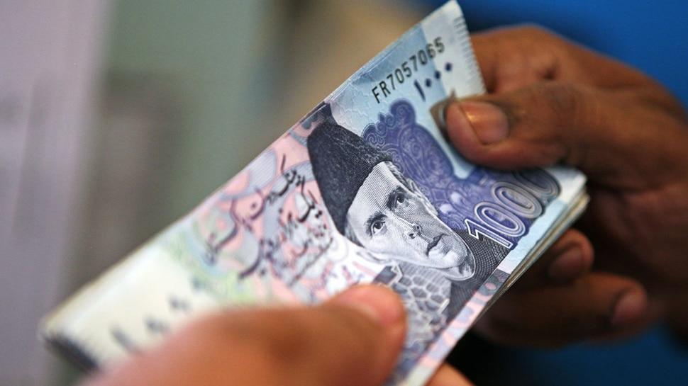 कर्ज में इस कदर डूबा है पाकिस्तान की रोजाना चुका रहा 11,00,00,00,000 रुपये से ज्यादा का ब्याज